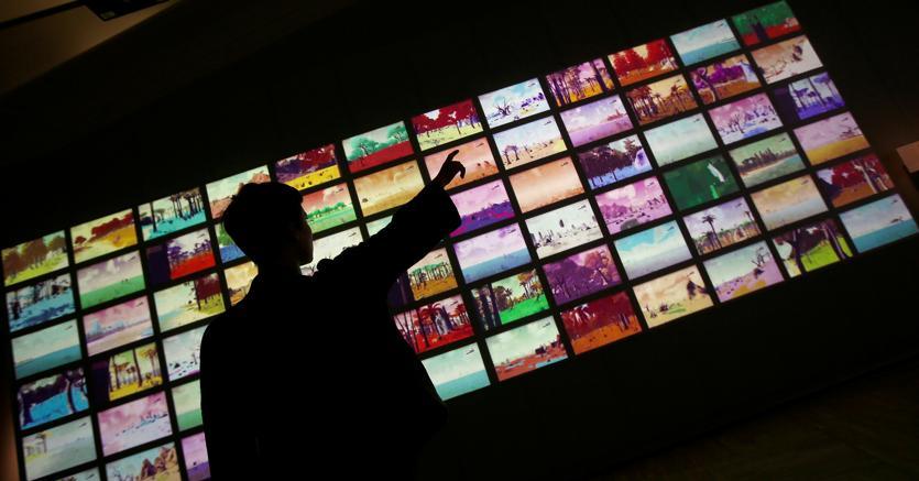 Giocare  con la scienza. Un membro  dello staff  del Victoria  & Albert  Museum di Londra interagisce  con dei videogames
