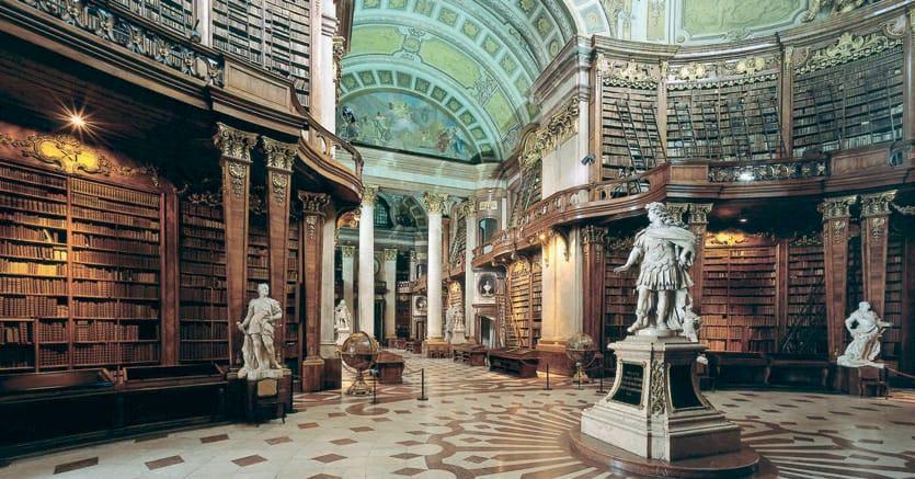 Sontuosa. La Prunksaal dalle volte barocche voluta da Carlo VI, costruita da Johann Bernhard Fischer  von Erlach