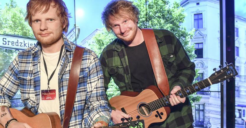 Ed Sheeran accanto alla sua statua in cera da Madame Tussaud: ha accumulato un patrimonio da 110 milioni di dollari (Afp)