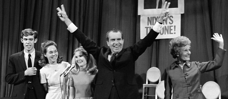 Richard Nixon con la sua famiglia: da sinistra il genero  David Eisenhower (nipote di Dwight D. Eisenhower), marito della figlia Julie, la figlia minore Tricia e la moglie Patricia (Afp)