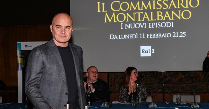 Presentazione dei nuovi episodi de Il Commissario Montalbano, nella foto Luca Zingaretti con la torta per i 20 anni sella serie (Agf)