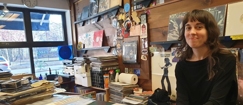 New York, una commessa al banco dell'Academy Records, negozio del Village specializzato in dischi rari e introvabili