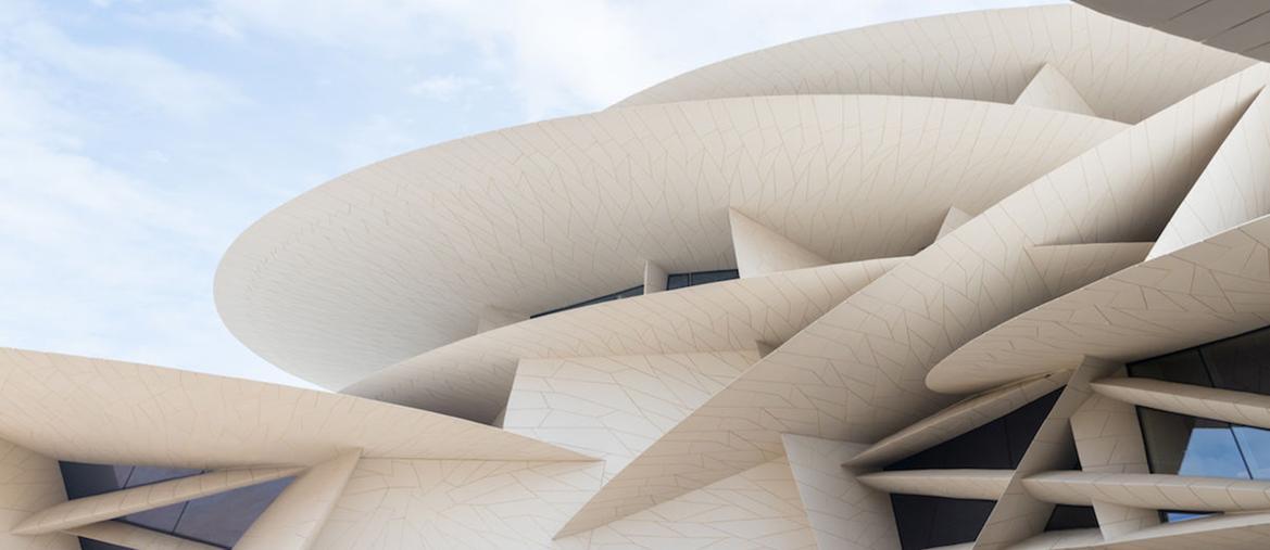 Jean Nouvel.Il Qatar National Museum è composto da 539 dischi in fiberglass  (che racchiudono il Palazzo Reale d'inizio secolo)  e sviluppa una superficie di 52mila metri quadri. L'edificio  è costato 400 milioni di dollari