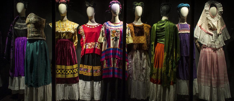Il guardaroba  di Frida. Una sequenza  di abiti appartenuti all'artista messicana esposti  alla mostra  «Frida Kahlo. Appearances Can Be Deceiving» aperta al Brooklyn Museum  di New York