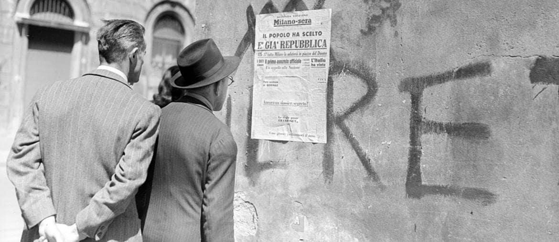 A Torino.Passanti leggono il titolo del quotidiano «Milano-Sera» del 5 giugno 1946. Foto esposta nella mostra «Nel mirino. L'Italia  e il mondo nell'Archivio Publifoto Intesa Sanpaolo 1939-1981»  aperta fino al 7 luglio presso CAMERACentro Italiano per la Fotografia