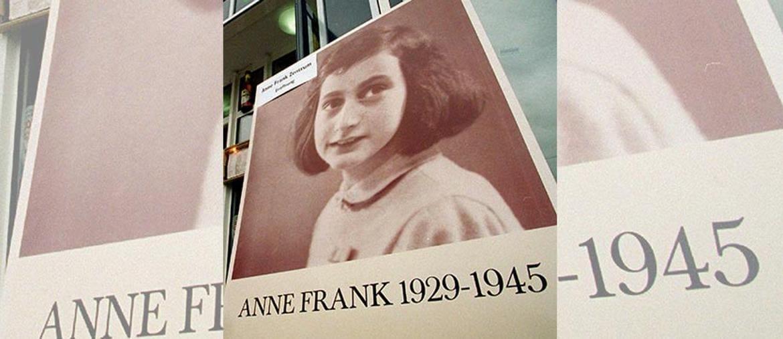 Una foto di Anne Frank davanti al centro di studi a lei dedicato a Berlino (Ansa)
