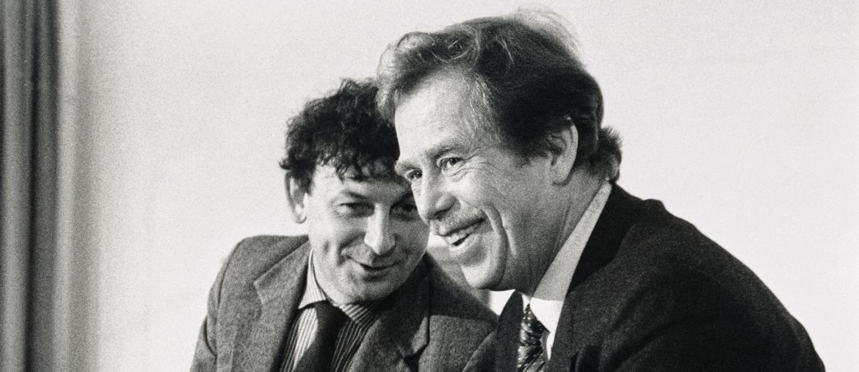 Vicini. Michael Zantovsky,  a sinistra, con Vaclav Havel. Nella foto piccola, una delle manifestazioni dell'autunno 1989