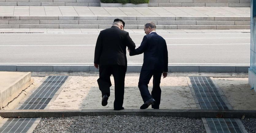 Kim Jong-un e Moon Jae-in si stringono la mano durante il vertice bilaterale sul 38esimo parallelo (Epa)