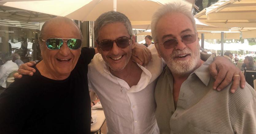 Il regista Bobby Moresco (a destra) a Roma con Fiorello e Tony Renis (foto Ansa)