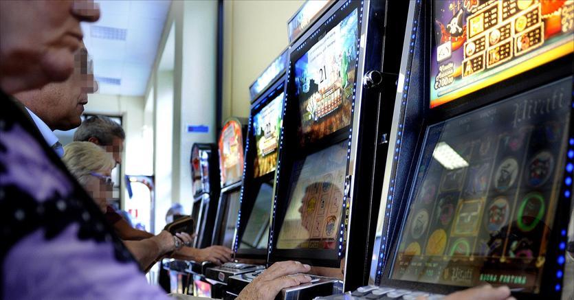 Giocatori alle slot machine