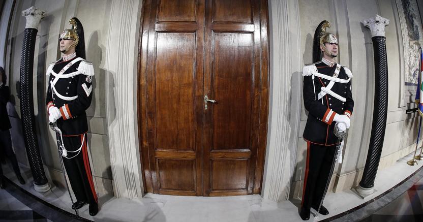 Corazzieri davanti alla porta nella Loggia d'Onore durante le consultazioni al Quirinale per la formazione del nuovo Governo (foto Ansa)