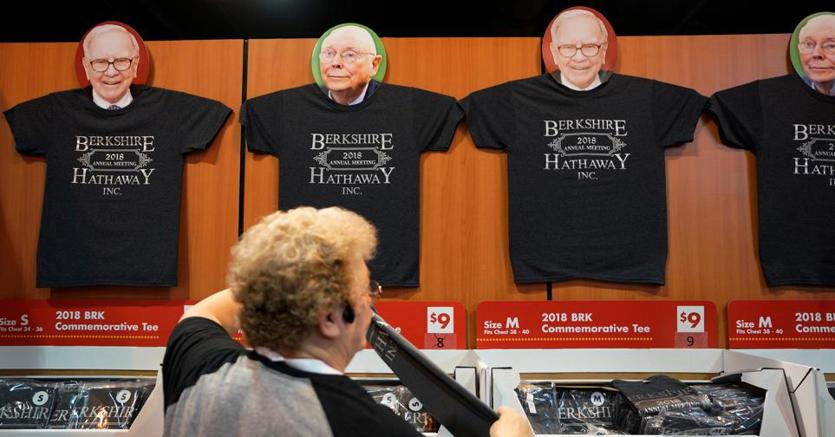 T-shirt di Berkshire Hathaway in vendita alla coventio della holding di Warren Buffett (Reuters)