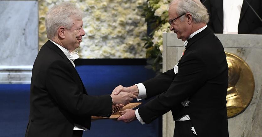 Stoccolma, 10 dicembre 2017, l'economista statunitense Richard H. Thaler (Sx) riceve da re Carl Gustaf XVI  di Svezia il Premio Nobel (Afp)