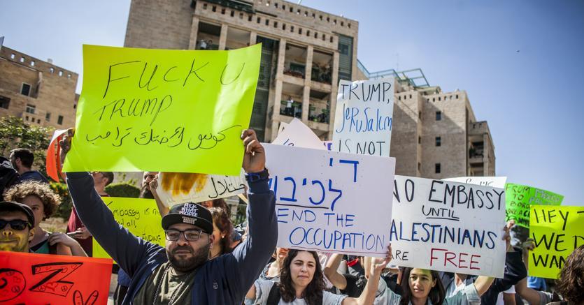 La protesta palestinese fuori dall'ambasciata Usa a Gerusalemme