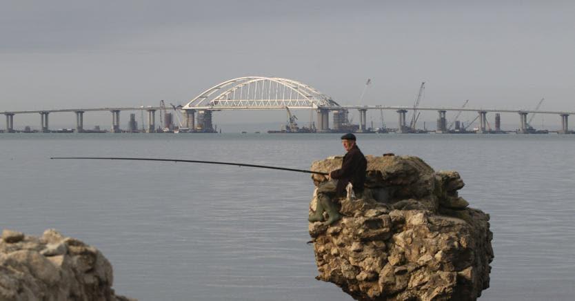 Il ponte che collega la Crimea alla costa russa del Mar Nero è diventato uno dei simboli del confronto tra la Russia e l'Occidente
