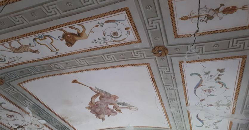 Particolare del soffitto decorato a tempera della parte padronale del Villino di San Leopardo