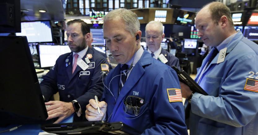 Trader al lavoro alla Borsa di New York(Ap)
