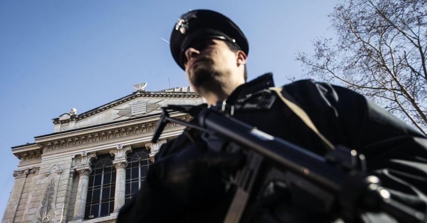Un dipendente delle forze dell'ordine: per loro sconti grazie a un accordo con piattaforma web. (Ansa)