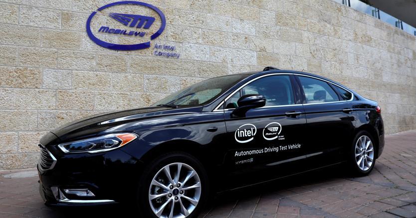 Una visione generale di un veicolo di prova di guida autonomo Mobileye, presso la sede di Mobileye a Gerusalemme