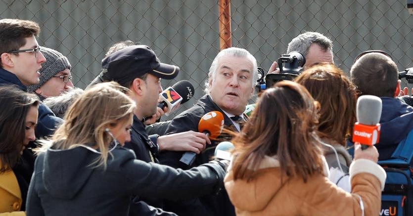 L'ex tesoriere del Partito popolare, Luis Barcenas, all'uscita dal tribunale di Madrid lo scorso febbraio