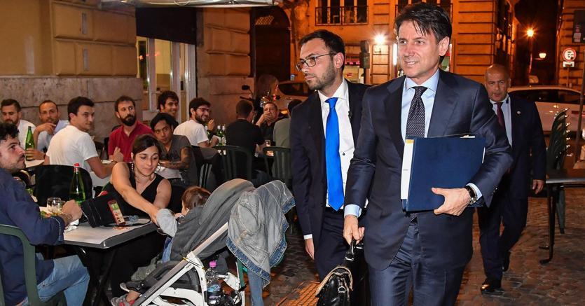 Giuseppe Conte ieri sera al rientro a casa dopo l'incontro con Mattarella (Ansa)