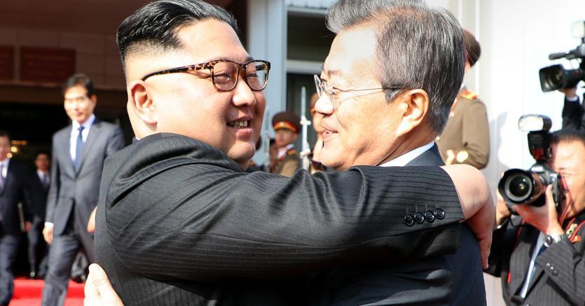 Moon Jae-in (a destra) e  Kim Jong-un (Afp)