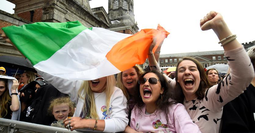 Irlandesi in piazza a Dublino dopo la vittoria del «sì» nel referndum sull'aborto (Reuters)