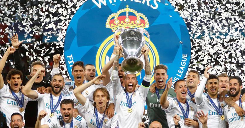 Il Real alza la sua terza coppa di Champions League consecutiva (Reuters)
