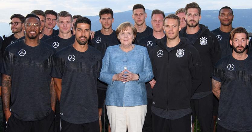 Angela Merkel con la Nazionale tedesca di calcio in ritiro a Cornaiano di Appiano, vicino a Bolzano (Afp)