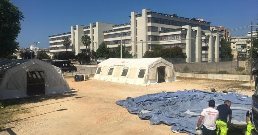 La tendopoli allestita all'esterno della sede pericolante del Tribunale penale e della Procura della Repubblica