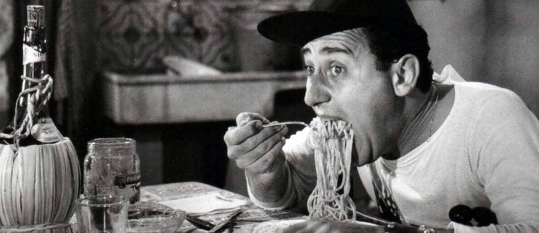 Cinema e cibo, legame antichissimo: Alberto Sordi e il «maccarone» in una scena di «Un americano a Roma»