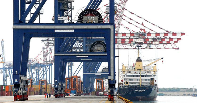 Solo il 26,5% di export e il 30,5% di import viaggia via mare (foto Imagoeconomica)