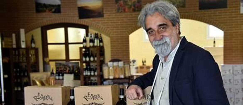 Beppe Vessicchio con il suo vino Rebarba