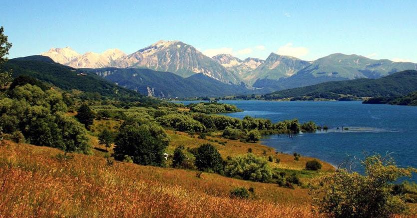 Lago Campotosto. Sullo  sfondo il Gran Sasso