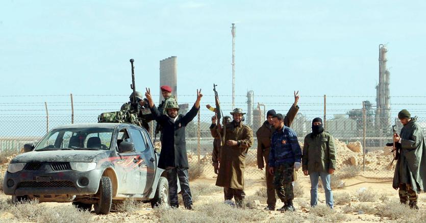 Milizie libiche schierate contro il generale Haftar esultano dopo aver conquistato il terminal petrolifero di Ras Lanuf, nell'Est del Paese