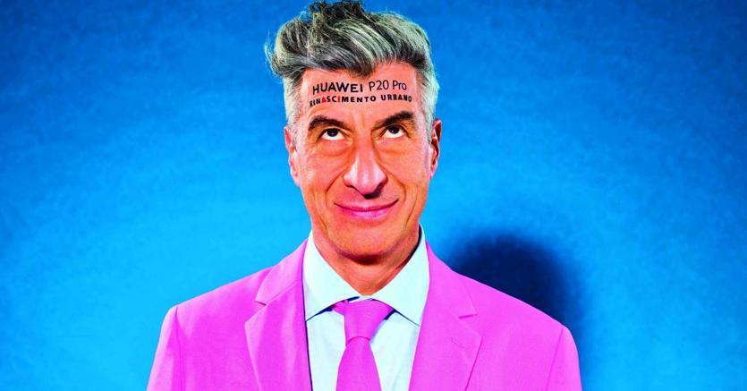L'artista MaurizioCattelan con un tatuaggio che promuove Huawei P20 Pro: orizzonti di marketing non convenzionale
