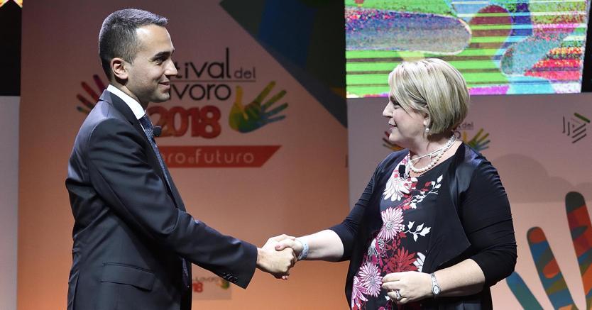 Il ministro del Lavoro Luigi Di Maio (S) stringe la mano a Marina Calderone, presidente Cno Consulenti del Lavoro, durante la giornata conclusiva del Festival del Lavoro 2018 (Ansa)