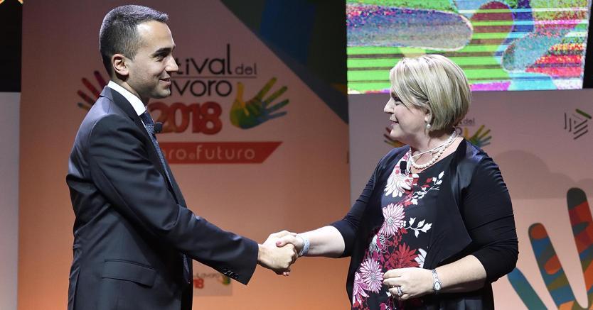 Luigi Di Maio stringe la mano al presidente del consiglio nazionale dell'Ordine dei consulenti del lavoro, Marina Calderone