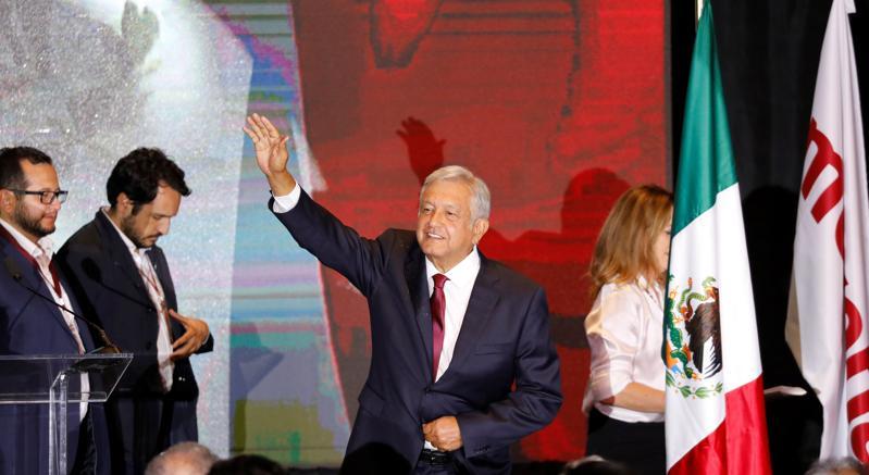 Andres Manuel Lopez Obrador saluta i suoi sostenitori in occasione del suo ultimo comizio elettorale prima del voto