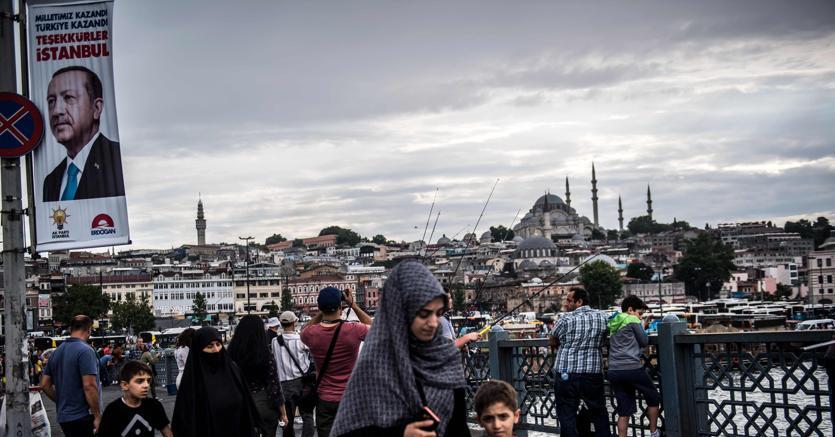 """Grazie Istanbul!"", recita il manifesto con l'effigie di Recep Tayyip Erdogan , sul Galata Bridge  (Foto Afp)"