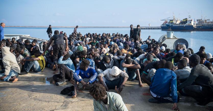 Secondo l'Unhcr il conferimento alla Guardia costiera libica del coordinamento delle operazione di salvataggio dei migranti in mare rischia di aggravare utreriormente la situazione già difficile in cui versano i centri di detenzione libici (foto Ansa)