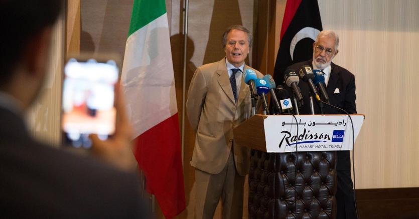 Il ministro degli Esteri italiano (sin.) , Enzo Moavero, con il ministro degli Esteri libico (destra), Mohamed Taha Siala durante una conferenza stampa a Tripoli, Libia. (ANSA/Stringer)