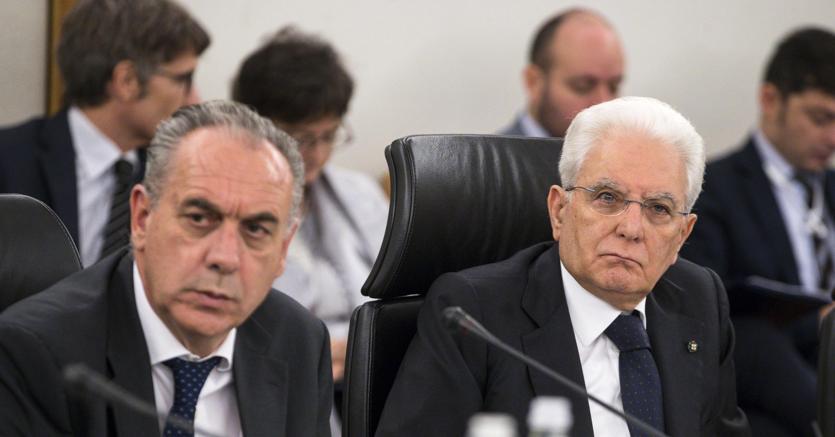 Il presidente della Repubblica Sergio Mattarella (D) con il vicepresidente del Csm Giovanni Legnini (S) durante l'assemblea plenaria del Consiglio superiore della magistratura (foto Ansa)
