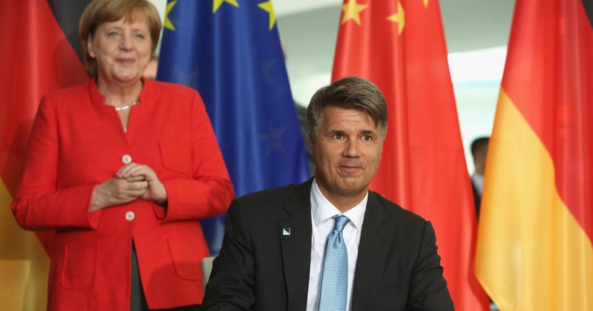 Angela Merkel con il membro del board esecutivo di Bmw Harald Krueger (Epa)
