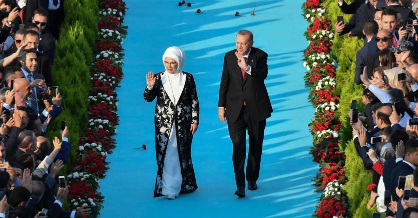 Erdogan e la moglie acclamati dalla folla nel giorno dell'insediamento (Afp)