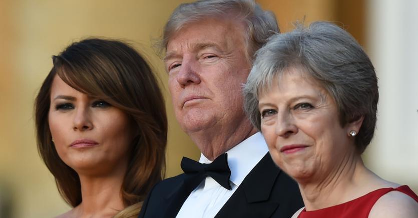 Da sinistra Melania Trump, Donald Trump e Theresa May (Afp)