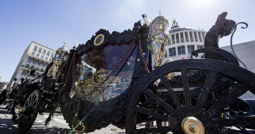 La carrozza con cui si è celebrato lo sfarzoso funerale di Vittorio Casamonica