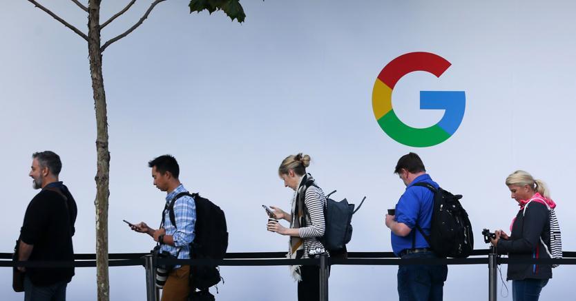 Persone in fila per assistere a un evento di Google al SFJAZZ Center di San Francisco (AFP)