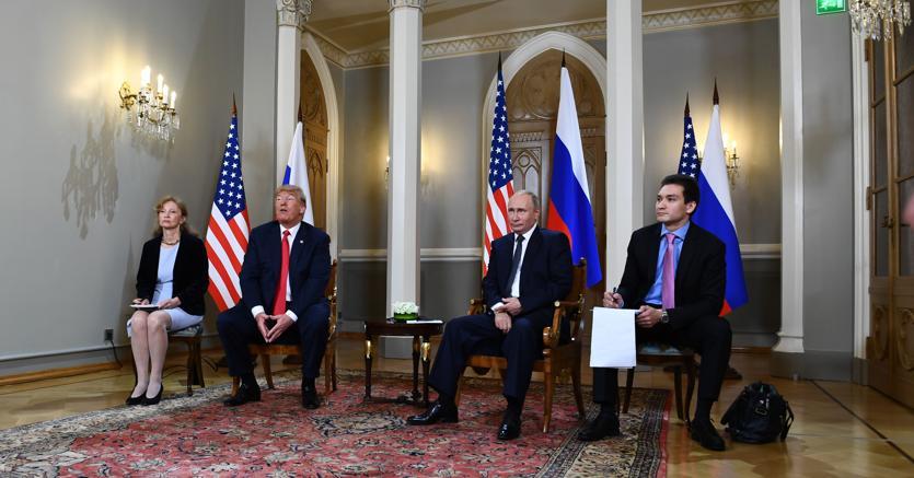 Chi protegge i testimoni? Trump e Putin a Helsinki, prima dell'incontro a cui hanno assistito soltanto i rispettivi interpreti