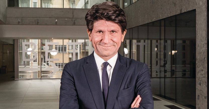 Gianmario Verona, milanese, 48 anni, professore di Economia e gestione delle imprese, è rettore della Bocconi da  giugno 2016.Sposato, ha due figli. Suona batteria e chitarra